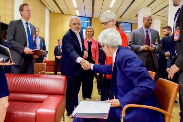 Le secrétaire d'État américain John Kerry (de dos)... (PHOTO REUTERS)