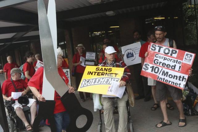 Pancartes à la main, des manifestants d'ACORN Canada... (Étienne Ranger, LeDroit)