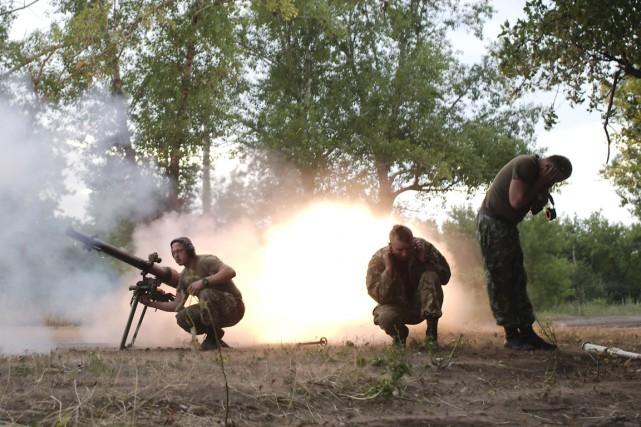 Des soldats ukrainiens affrontent des combattants séparatistes dans... (PHOTO MAKSIM LEVIN, ARCHIVES REUTERS)