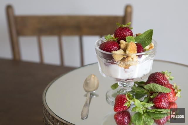 Couple glacée façon shortcake aux fraises. Stylisme culinaire:... (Photo Robert Skinner, La Presse)