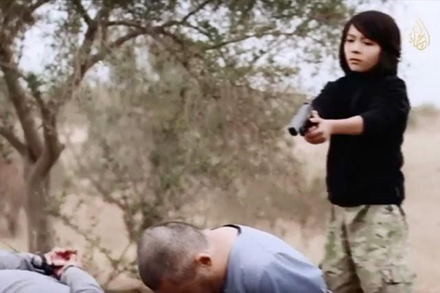 L'EI a habituellement recours aux enfants pour tenir... (IMAGE ARCHIVES AFP/AL-HAYAT MEDIA CENTRE)