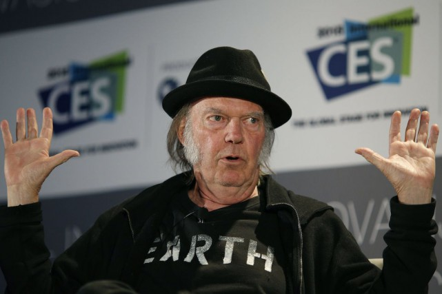 Dans deux messages publiés sur Facebook, Neil Young... (Photo John Locher, Archives AP)