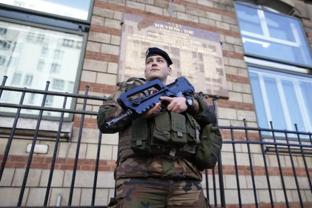 Depuis janvier 30 000 militaires, policiers et gendarmes... (PHOTO REUTERS)