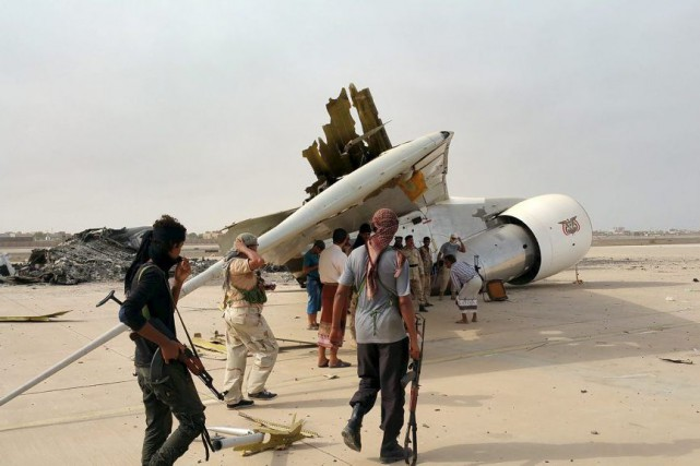 Un avion présidentiel, touché dans les combats aux... (PHOTO REUTERS)