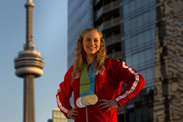 Ellie Black et ses 5 médailles.... (PHOTO NATHAN DENETTE, LA PRESSE CANADIENNE)