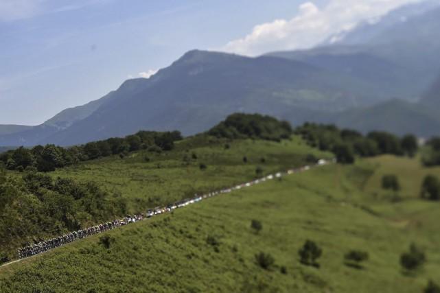 Le peloton au Tour de France entre Pau... (PHOTO LIONEL BONAVENTURE, AGENCE FRANCE-PRESSE)