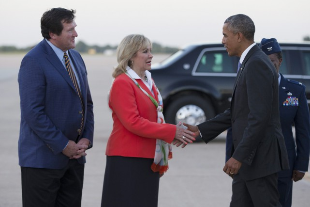 La gouverneure républicaine de l'Oklahoma Mary Fallin accueille... (PHOTO EVAN VUCCI, AP)