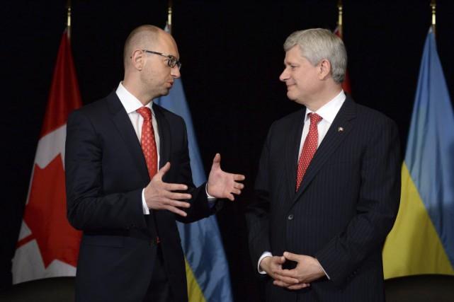 Stephen Harper et le premier ministre Arseni Iatseniouk.... (Photo d'archives, La Presse Canadienne)