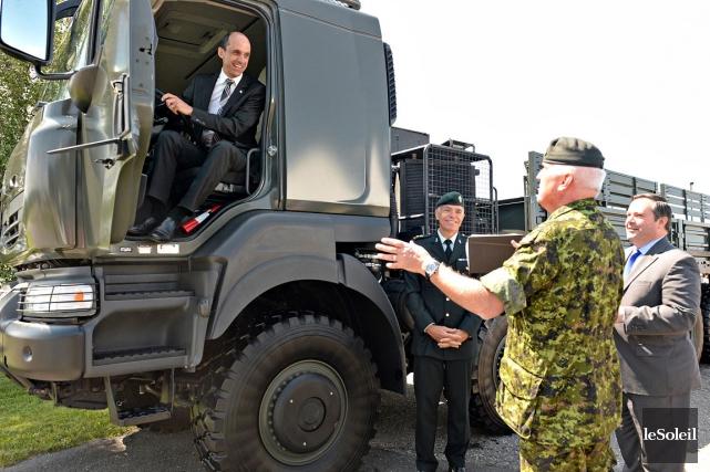 Des militaires, dont le major Kevin Duff (de... (Le Soleil, Patrice Laroche)