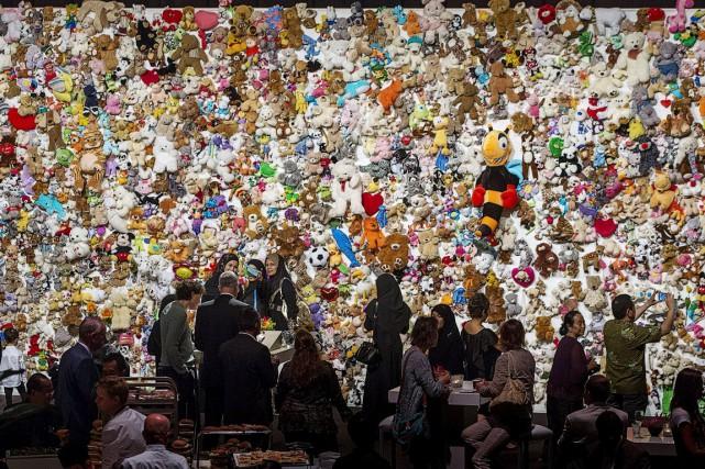 Des membres des familles et amis des victimes... (PHOTO MICHAEL KOOREN, REUTERS)
