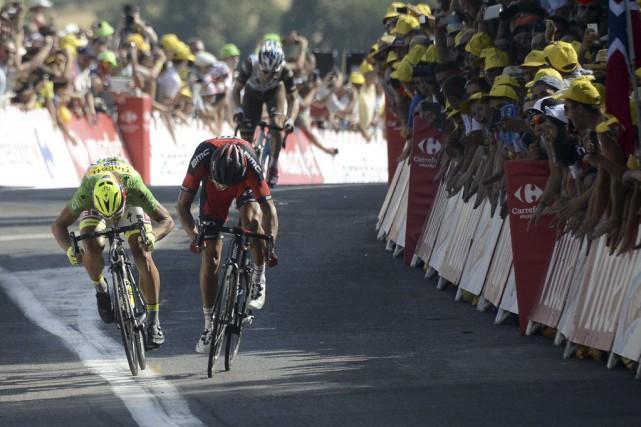 Greg Van Avermaet, à droite,s'est imposé dans un... (PHOTO JEFF PACHOUD, AFP)