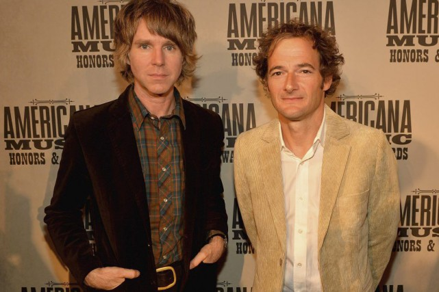 Pat Sansone et John Stirratt du groupe Wilco.... (PHOTO ARCHIVES AFP)