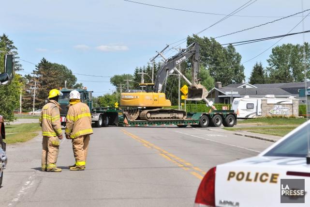 Un camion muni d'une pelle mécanique a sectionné un poteau d'Hydro-Québec... (Emilie O'Connor)