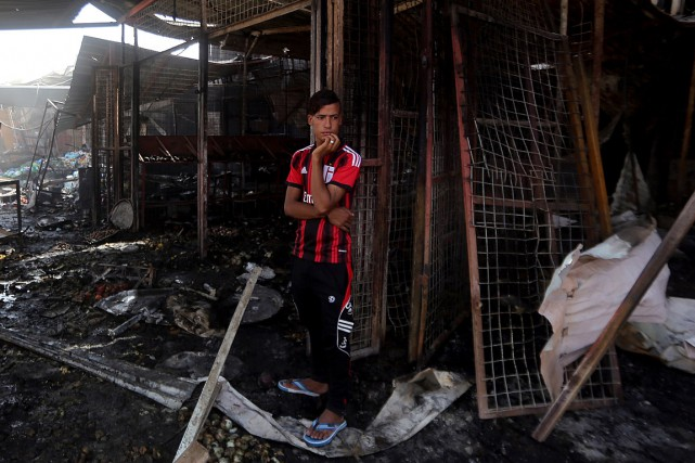 L'explosion a causé d'énormes dégâts et creusé dans... (PHOTO AHMAD AL-RUBAYE, AFP)