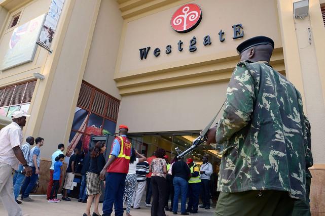 Les premiers clients ont dû patienter pour franchir... (PHOTO SIMON MAINA, AFP)