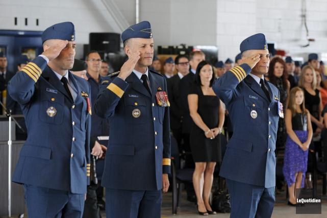 Les colonels Molstad et Ménard entourent le brigadier-général... ((Photo Le Quotidien, Marianne L. St-Gelais))