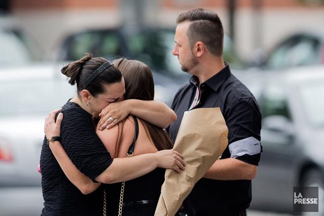 Parents et amis ont tenté de se réconforter... (PHOTO EDOUARD PLANTE-FRECHETTE, LA PRESSE)