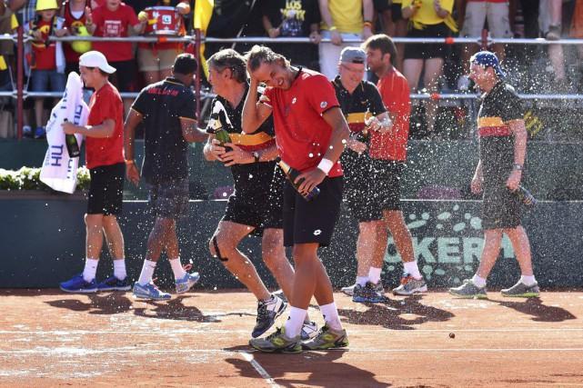 L'équipe belge célèbre après sa victoire contre le... (LUC CLAESSEN, Agence France-Presse)