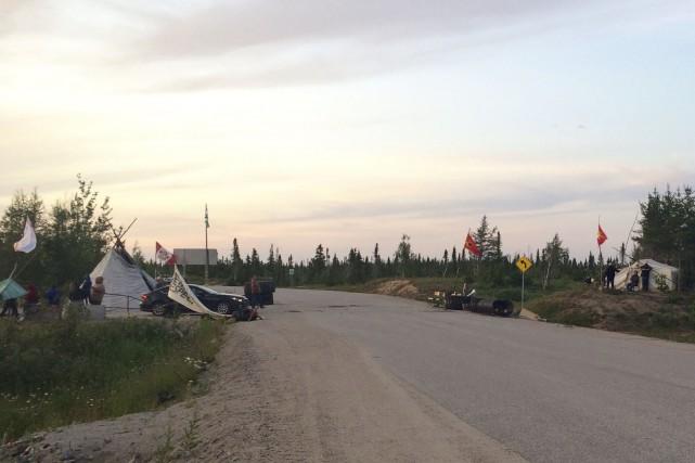 Les manifestants ont levé temporairement la barricade vers... (Photo : Optik 360)