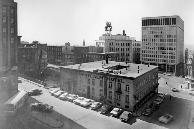 Il a dû s'en passer, des choses, dans l'Hôtel Montcalm au coeur de place... (Photo Archives, Ville de Québec (numéro de négatif N003181))