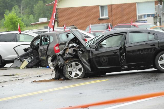 Le véhicule de patrouille est entré en collision... (Photo Gimmy Desbiens, Le Progrès-Dimanche)