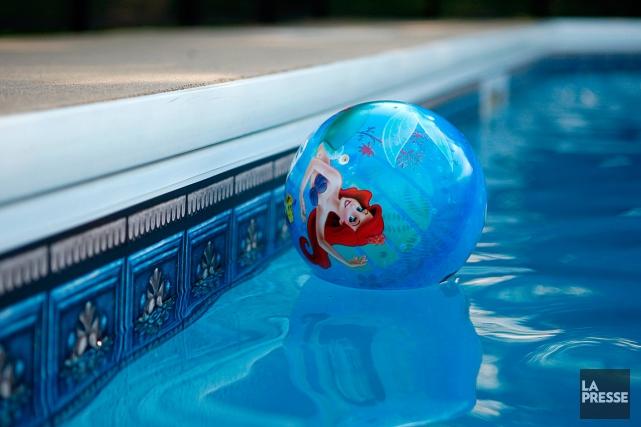 L'enfant de quatre ans retrouvée inconsciente dans une piscine résidentielle... (PHOTO MARTIN CHAMBERLAND, ARCHIVES LA PRESSE)