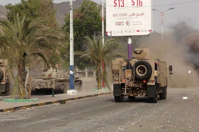 Des véhicules militaires circulent dans les rues d'Aden.... (PHOTO REUTERS)