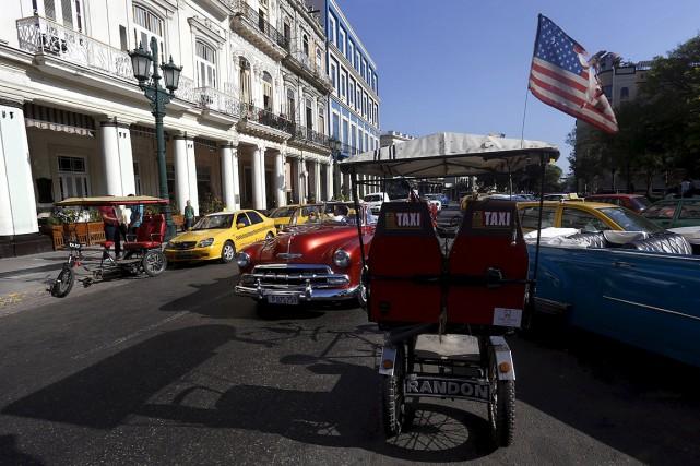 Un vélotaxi à La Havane arbore un drapeau... (Photo Stringer, Reuters)