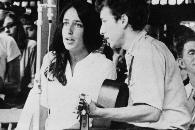 Bob Dylan en compagnie de Joan Baez au festival... (Photo d'archives, AP)