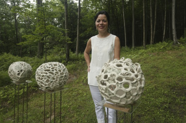 La sculpteure Brigitte Dahan a ouvert son jardin,... (photo Catherine Trudeau)