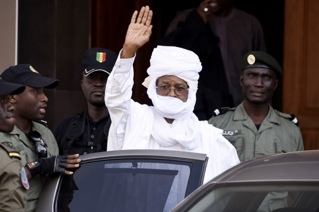 Hissène Habré salue de la main une personne... (PHOTO SEYLLOU, ARCHIVES AFP)