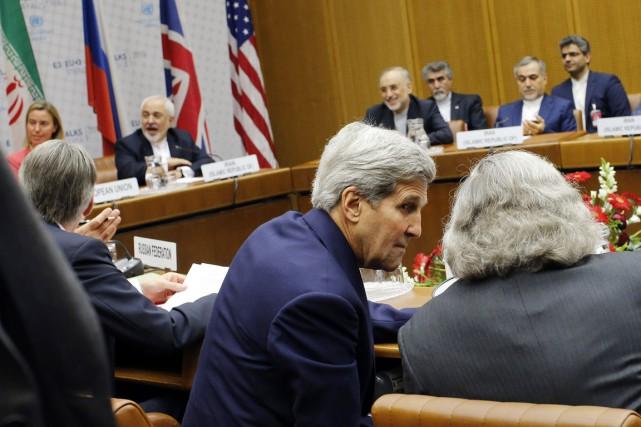 Le secrétaire d'État américain John Kerry discute avec... (PHOTO CARLOS BARRIA, ARCHIVES AP)