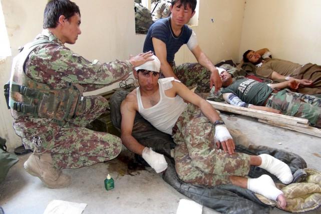Un soldat afghan blessé lors de la frappe... (PHOTO REUTERS/STRINGER)