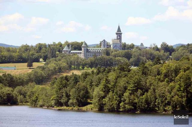 L'Abbaye de Saint-Benoît-du-Lac sur les hauteurs du lac... (Photothèque Le Soleil)