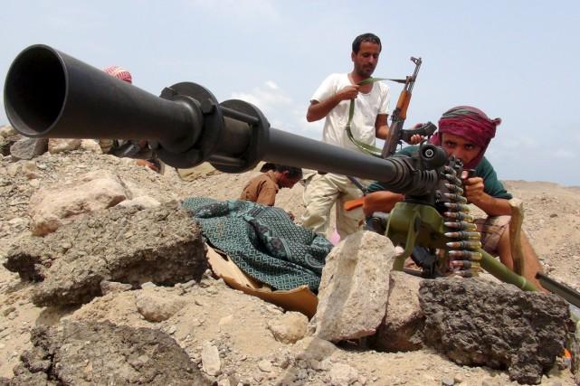 Des combattants des forces progouvernementales affrontent des éléments... (PHOTO REUTERS/ ARMÉE YÉMÉNITE)