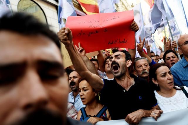 Des manifestants scandent des slogans dans lesquels ils... (PHOTO OZAN KOSE, AFP)