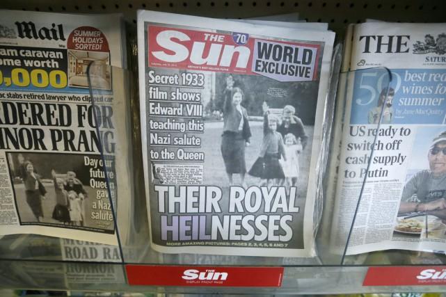 À la une de plusieurs quotidiens britanniques samedi... (PHOTO TIM IRELAND, AP)