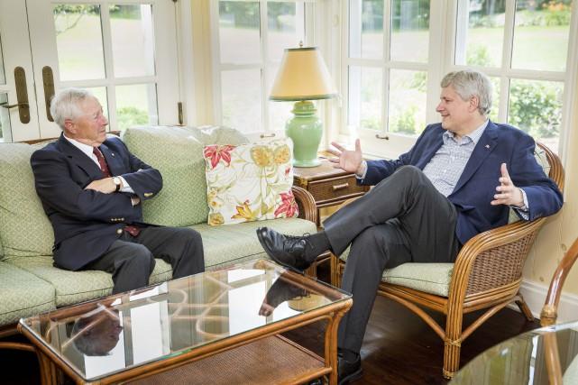 J. Michel Doyon aux côtés du premier ministre... (PHOTO FOURNIE PAR LE BUREAU DU PREMIER MINISTRE)
