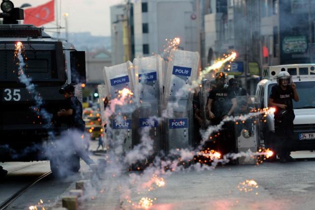 Mardi soir, la police a utilisé du gaz... (PHOTO OZAN KOSE, AFP)