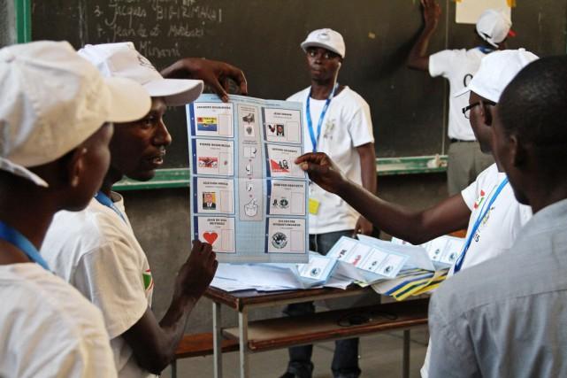 Le scrutin s'est ouvert mardi matin dans un... (PHOTO LANDRY NSHIMIYE, AFP)