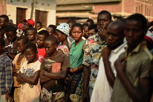 Une foule s'est rassemblée autour d'un corps retrouvé... (PHOTO CARL DE SOUZA, AFP)
