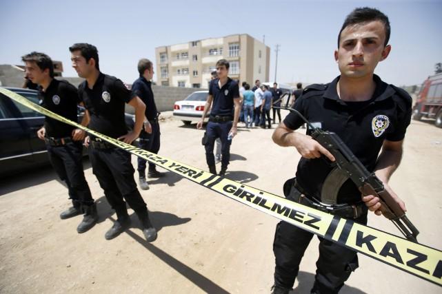 Des membres des forces de sécurité turques montent... (PHOTO EMRAH GRUEL, AP)