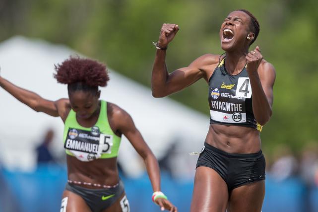 La sprinteuse québécoise Kimberly Hyacinthe (à droite) aremporté... (Photo Geoff Robins, AFP)