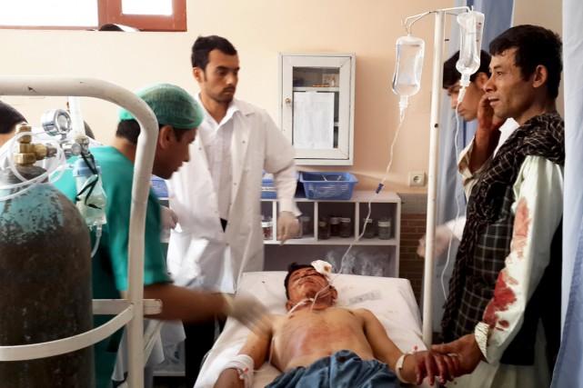 Un homme blessé durant l'attentat est soigné dans... (PHOTO REUTERS/STRINGER)