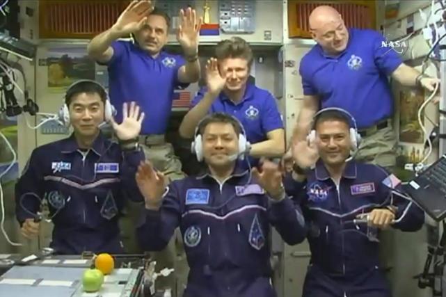 Trois astronautes sont arrivés jeudi à la Station spatiale internationale (SSI)... (PHOTO NASA VIA AP)