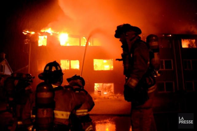 Un violent incendie a ravagé un immeuble d'une trentaine de logements situé au... (Photo: Éric Beaupré)