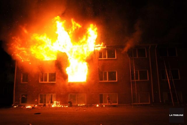 La cause de l'incendie n'est pas encore connue.... (PHOTO LA TRIBUNE)