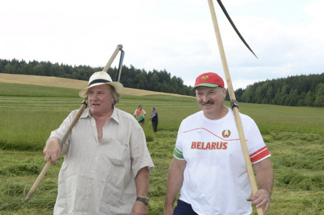 Gérard Depardieu et Alexandre Loukachenko... (PHOTO REUTERS)