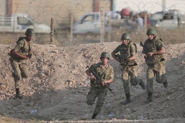 Des soldats turcs à la frontière avec la... (PHOTO LEFTERIS PITARAKIS, ARCHIVES AP)