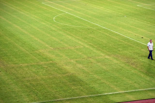 Une croix gammée était visible durant le match... (Photo Andrej Isakovic, AFP)